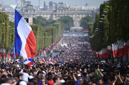 Die Champs-Elysées ist komplett in den französischen Nationalfarben gehüllt. Foto: POOL