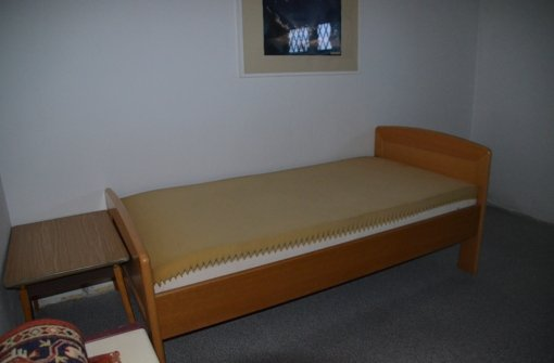 Ein Bett, Zwei Kleine Tische Und Eine Kommode Stehen Bereits In Den Zimmer.  Doch