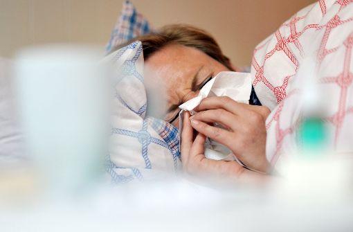 Vorsicht: Wer  allzu kräftig  schnäuzt, riskiert, dass das hochinfektiöse Nasensekret in die Nebenhöhle befördert wird. Dann können sich dort Entzündungsherde bilden Foto: dpa