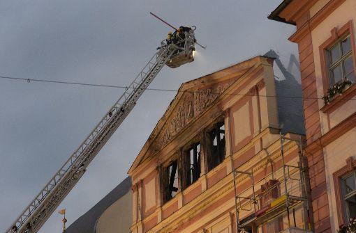 Dach des Dillinger Rathauses in Flammen