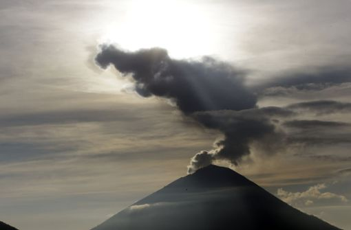 Vulkan Agung spuckt wieder Asche