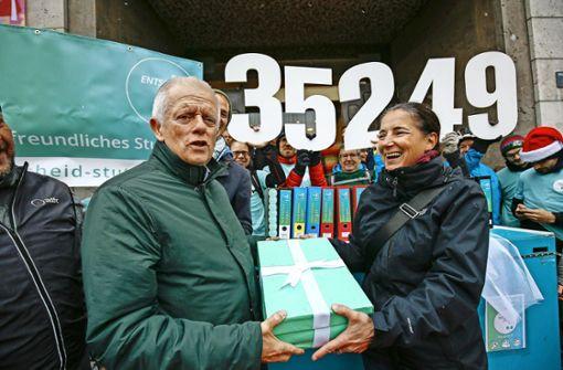 Radler übergeben OB Kuhn 35 000 Unterschriften
