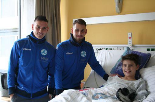 Stuttgarter Kickers besuchen Kinder im Olgahospital