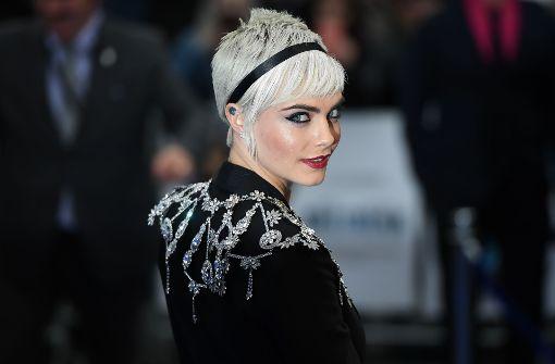 """Cara Delevingne mit kurzem, wasserstoffblondem Schopf bei der Premiere zum Film """"Valerian – Die Stadt der tausend Planeten"""" im Juli in London. Foto: AFP"""
