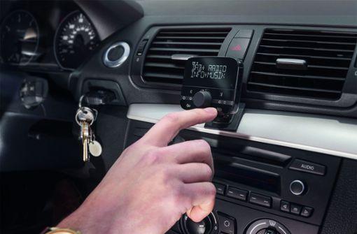 Auf Suche nach  Radiosender   in parkende Autos gekracht