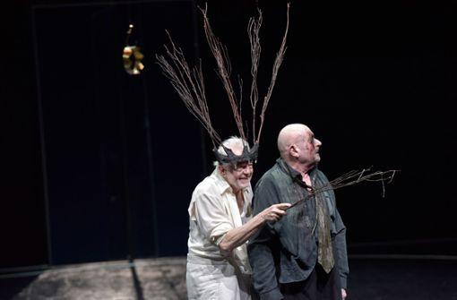 """Irrende Alte: Martin Schwab (li.) als König Lear, Elmar Roloff als Graf Gloster in Claus Peymanns """"Lear""""-Inszenierung in Stuttgart Foto: Thomas Aurin"""