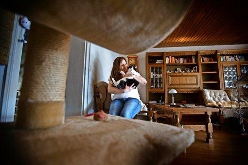 Für Alexandra Müller  das Ein und Alles, für andere ein Luxusproblem: Die Katzen Anton (hier im Bild)  und Mia. Foto: Gottfried Stoppel