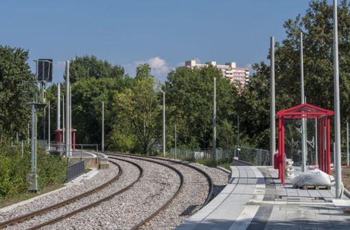 An der Böblinger Haltestelle  Danziger Straße sind die Masten für den künftigen Elektrobetrieb bereits gesetzt worden. Foto: factum/Weise