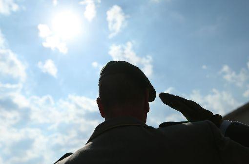 Einem Medienbericht zufolge sollen bei der Bundeswehr zwei Offiziersanwärter wegen rechter Parolen entlassen worden sein