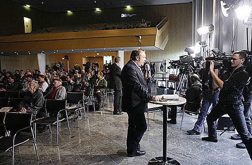 Ein Fernseh-Team überträgt die Stuttgart-21-Schlichtung aus dem Stuttgarter Rathaus Foto: Stadt Stuttgart