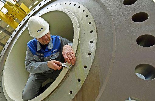 Ein Mitarbeiter  bei Voith in Heidenheim arbeitet an   einer Wasserkraftturbine. Foto: dpa