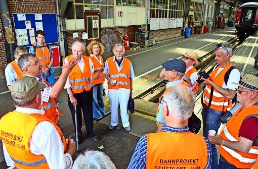 Dieter Schulz (links), Technischer Leiter des Bahnbetriebswerks Rosenstein, führt im Rahmen der informellen Bürgerbeteiligung Rosenstein  über  das Bahngelände. Unter den Teilnehmern ist auch Gerhard Heimerl (Mitte), geistiger Vater des Projekts Stuttgart21. Foto: Braun