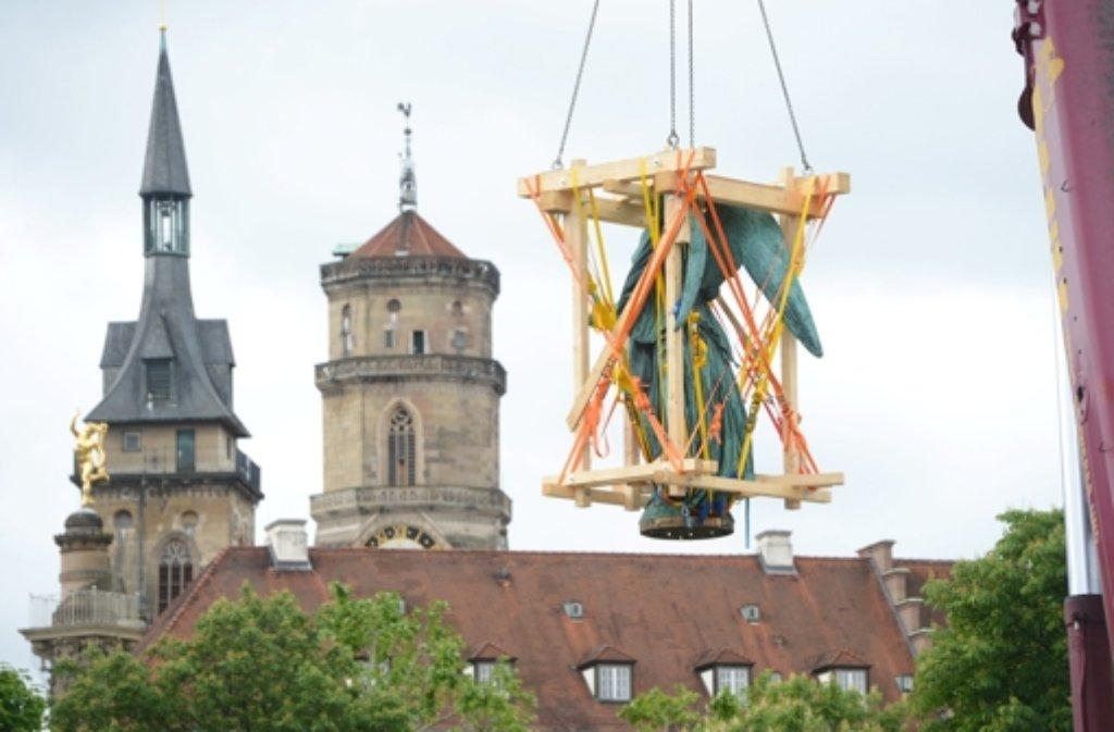Die Concordia auf dem Schlossplatz in Stuttgart wird am Dienstag mit einem Kran zur Restaurierung von der Jubiläumssäule gehoben.  Foto: dpa