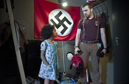 Die sechsjährige Lara (Nomie Lane Tucker) bringt das Leben des überzeugten Neonazis Thomas Braun (Edin Hasanovic) gehörig durcheinander. Foto: ZDF