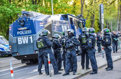 Böller in Richtung Polizeihubschrauber, Beamte verletzt
