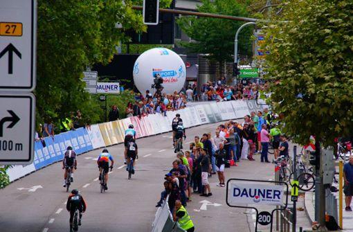 Die Profi-Radfahrer kommen in der Innenstadt ein.  Foto: Andreas Rosar Fotoagentur-Stuttg