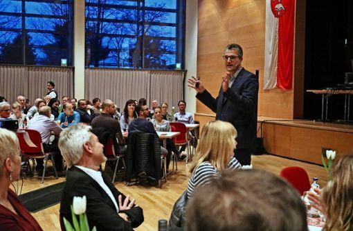 Schiedsrichter Knut Kircher trifft den Ton