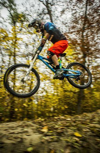 Für ihn gibt es nur eine Regel und die heißt: abwärts immer, aufwärts nimmer. In Stuttgart fährt er am liebsten im Wald. Er meidet den Bodenkontakt – und sei es durch einen Sprung von der abgesenkten Bordsteinkante.  Foto: Lichtgut/Max Kovalenko
