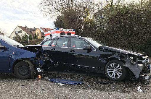 Die beteiligten Autos sind dabei schwer beschädigt worden. Foto: 7aktuell.de/Alexander Hald
