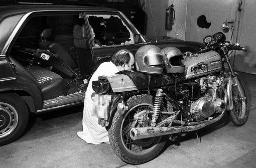 Ein Mitarbeiter des Bundeskriminalamts sichert 1977 Spuren an dem Motorrad, von dem aus  Generalbundesanwalt  Buback erschossen wurde  – jetzt ist es im Haus der Geschichte zu sehen. Foto: dpa