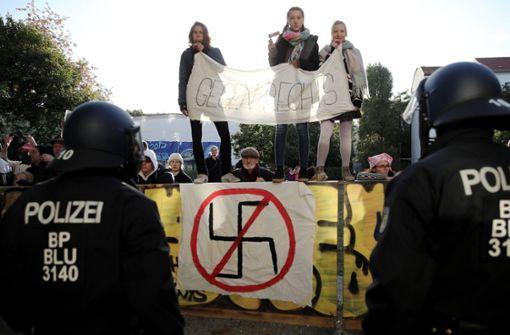 Rechtspopulisten zeigen Hitlergruß – viele Gegendemonstranten