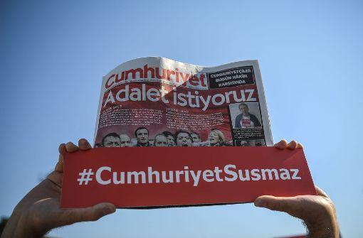 """Freilassung von sieben """"Cumhuriyet""""-Mitarbeitern angeordnet"""
