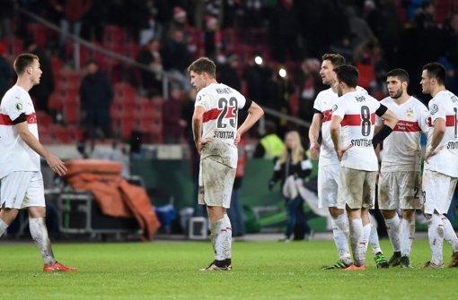 Hängende Köpfe: Der VfB ist im DFB-Pokal ausgeschieden. Klicken Sie sich durch unsere Noten für die Roten. Foto: dpa
