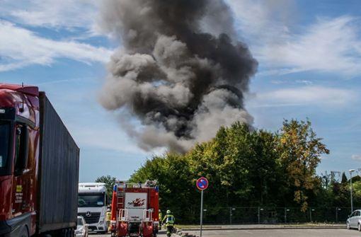 Während der Löscharbeiten stürzte das Dach des Gebäudes ein. Die Rauchsäule  war weithin sichtbar. Foto: SDMG