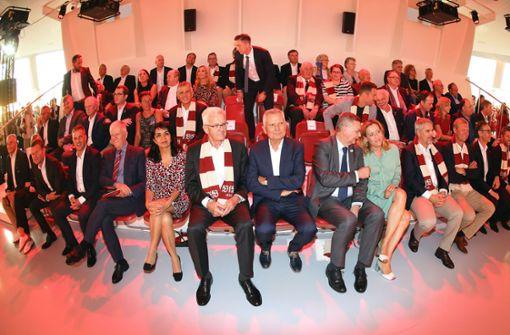 Neben VfB-Präsident Wolfgang Dietrich saßen Ministerpräsident Winfried Kretschmann (links) und DFB-Präsident Reinhard Grindel (rechts) Foto: Pressefoto Baumann