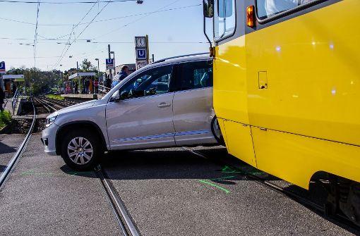 Ein 56-jähriger VW-Fahrer, stadteinwärts unterwegs, wollte an der Kreuzung verbotenerweise nach links zu einem Autohaus abbiegen.  Foto: SDMG