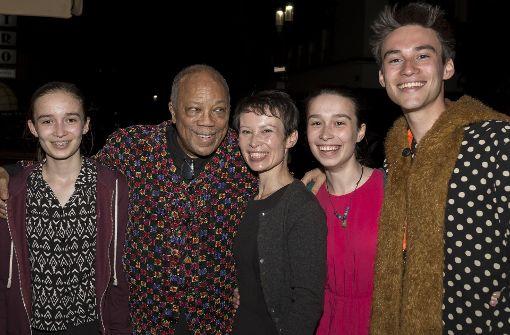Musiklegende Quincy Jones und  Jazz Open-Star Jacob Collier (rechts) mit  dessen Mutter und Schwestern bei der After-Show-Party im La Commedia im Hospitalviertel. Foto: Andreas Engelhard
