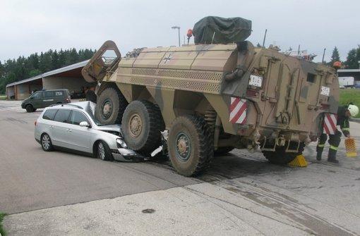 Panzerfahrer walzt Auto nieder