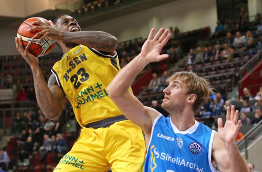 Die Riesen-Basketballer (Elgin Cook, links) wollen ins Viertelfinale. Foto: Baumann