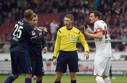 Foul oder nicht? Christian Gentner (rechts) diskutiert mit Hertha-Spielern und dem Schiedsrichter. Foto: dpa