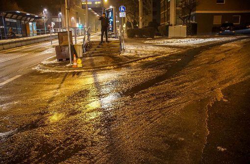 Wasserrohrbruch setzt Straße unter Wasser