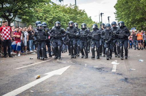 Die Polizisten marschierten über die Theodor-Heuss-Straße, in der kurz zuvor etwa 7000 Menschen das Finale geschaut haben.  Foto: Lichtgut/Julian Rettig