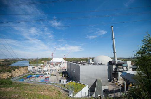 Unbekannte projizierten Schriftzug auf Atomkraftwerk Neckarwestheim