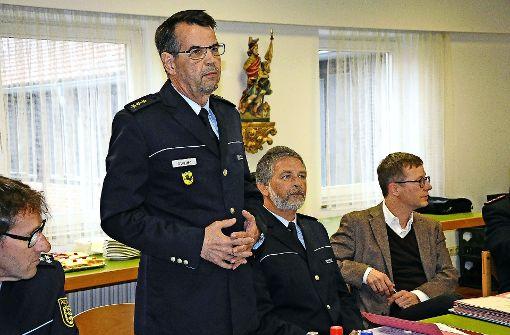 Revierleiter Manfred Burger (l.) erläutert im Bezirksbeirat die Sicherheitslage. Foto: Linsenmann