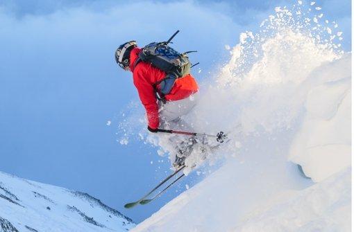 Die Zahl der Unfälle auf Skipisten nimmt zwar ab – dafür werden die Unfälle heftiger. Die Gründe dafür sind die zunehmende Zahl der Skifahrer, die schnelleren Pisten und die  Carving-Ski, die viele Wintersportler zu rasanter Fahrweise verführen. Foto: Fotolia/© ARochau