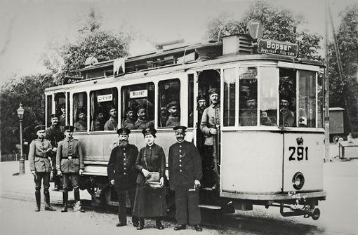 Soldaten in der Straßenbahn um 1915: Diese Genesenden fahren im Sonderwagen. Der Fahrer rechts neben der Schaffnerin trägt die abnehmbare Fahrkurbel in der Hand.  Foto: Archiv SSB AG