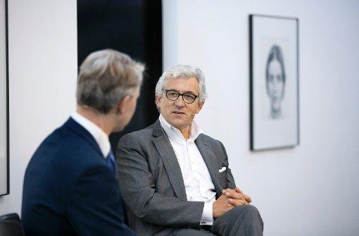 In der Galerie Parrotta in Stuttgart: Walter Smerling (rechts) im Gespräch mit Nikolai B. Forstbauer, Titelautor unserer Zeitung Foto: Lichtgut/Rudel