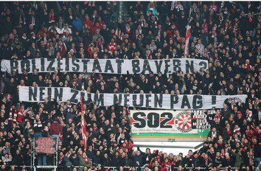 Viele Fußballfans, auch die des VfB Stuttgart, protestieren seit einiger Zeit intensiv gegen das PAG. Foto: Pressefoto Baumann