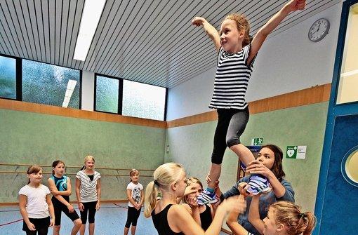 Kleine Cheerleader wollen hoch hinaus