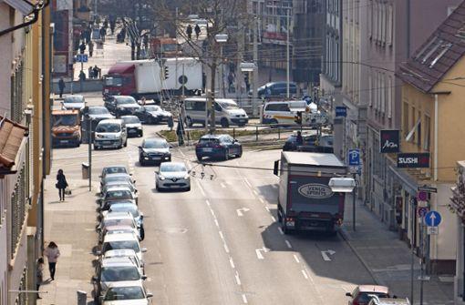 Von den zwei   Rechtsabbiegespuren in Richtung König-Karls-Brücke wird eine geopfert. Ab Herbst  soll die Einfahrt vom Wilhelmsplatz in die Wilhelmstraße zweispurig erfolgen. Foto: