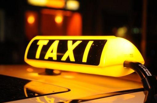Eine 57-Jährige ist beim Überqueren eines Zebrastreifens in Stuttgart-Plieningen von einem Taxi-Fahrer übersehen und schwer verletzt worden. Foto: dpa/Symbolbild
