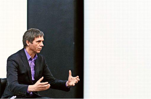 """Thomas D. Trummer bei der StN-Reihe """"Über Kunst"""" in der Galerie Parrotta in Stuttgart Foto: Steffen Schmid"""