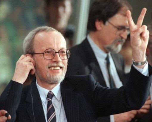 Damit ist Lothar de Maizière seinen Platz an der Spitze los. Der Minister für besondere Verwendung musste 1990 nach nur 75 Tagen im Amt wegen unbegründeter Stasi-Verdächtigungen seinen Hut nehmen. Foto: dpa