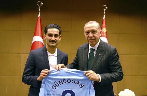 "Özdemir: ""Geht gar nicht"" – Gündogan weist Kritik zurück"