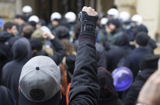 Polizei musste mit Schlagstöcken und Pfefferspray Demo schützen Foto: Lichtgut/Horst Rudel