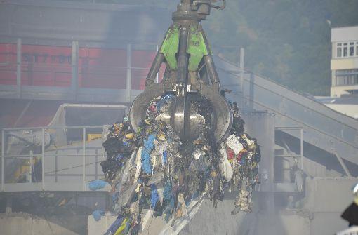 Ein zehn Meter hoher Müllberg war gegen 18 Uhr in Brand geraten, ... Foto: Andreas Rosar Fotoagentur-Stuttg